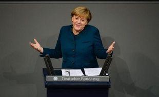 """Fraîchement réélue chancelière, Angela Merkel a plaidé mercredi devant le nouveau Parlement allemand en faveur d'une évolution des traités européens, au risque de déplaire à Paris, où elle s'est rendue dans la foulée, promettant """"une nouvelle étape"""" dans la relation franco-allemande."""