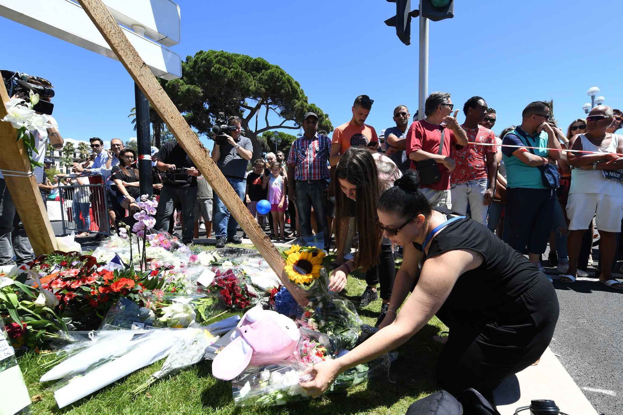 Des personnes rendent hommage aux victimes de l'attentat sur la promenade des Anglais à Nice.