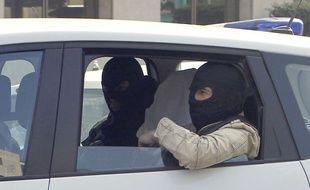A l'arrivée dans les locaux des services anti-terroristes à Levallois-Perret, lors de l'interpellation d'Abdelkader Merah en mars 2012.