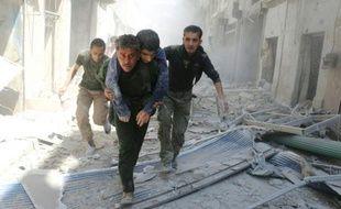 Evacuation d'un homme blessé pendant le bombardement du quartier rebelle Al-Qatarji, à Alep, le 29 avril 2016
