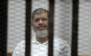 L'ex-président égyptien Mohamed Morsi, dans la cage des accusés lors d'un procès au Caire, le 5 novembre 2014