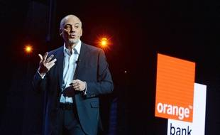Stéphane Richard présente la banque mobile d'Orange, le 20 avril 2017.