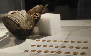 L'amphore et la centaine de pièces d'or, datant du Ve siècle, retrouvés sur un chantier à Côme (Italie) en septembre 2018.