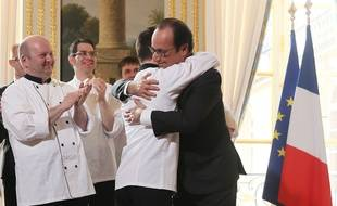 Pierre-Henri n'a pas hésité à prendre le président Hollande dans ses bras.