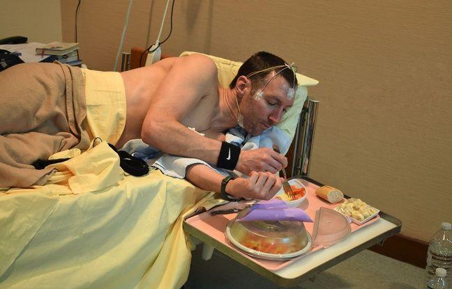 Même pour manger (ou se doucher, ou aller aux toilettes), les volontaires doivent rester allongés.