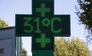 Une pharmacie à Cannes indiquant la température (illustration).