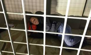Cloîtré dans une cage comme un chien abandonné, Rémi Gaillard compte atteindre 100 000 euros de dons pour la SPA.