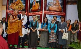 Le Dalaï Lama (g) accompagne le Premier ministre tibétain en exil Lobsang Sangay (c) lors d'une conférence de presse au siège du gouvernement tibétain en Inde, à Dharamshala, le 5 juin 2014