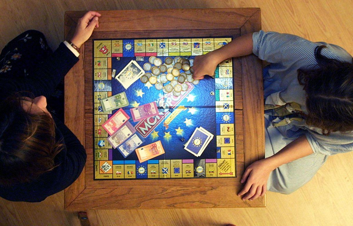 Montpellier, le 3 décembre 2001. Deux personnes disputent une partie de Monopoly. – DOMINIQUE FAGET / AFP