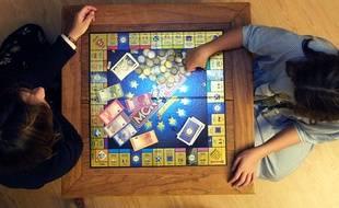 Montpellier, le 3 décembre 2001. Deux personnes disputent une partie de Monopoly.