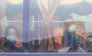 Des citoyens de Wuhan évacués de la ville, épicentre de l'épidémie