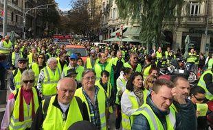 Les gilets jaunes manifestent dans les rues de Nice, le 17 novembre 2018.