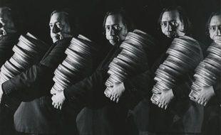 Henri Langlois transportant des bobines de film