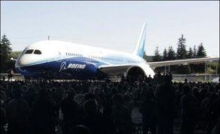 Le premier Boeing 787 Dreamliner est sorti au grand jour dimanche près de Seattle (nord-ouest), étape importante pour l'avionneur américain alors que le carnet de commandes de ce biréacteur à la technologie révolutionnaire est plein jusqu'en 2015.