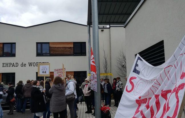 La mobilisation des personnels des maisons de retraite du nord de l'Alsace devant l'Ehpad de Woerth a rassemblé une grosse trentaine de personnes, dont des familles de résidents.
