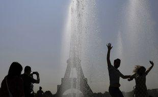 Des touristes se rafraîchissant du côté du Trocadéro