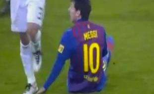 Capture d'écran, Pepe marche sur la main de Lionel Messi, le 18 janvier 2012 à Madrid.