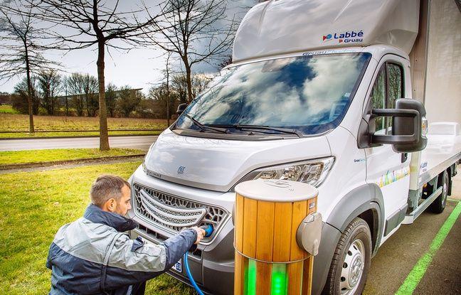 Le véhicule conçu par le constructeur français Gruau devant une borne de rechargement.