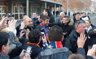 Six ans après son départ de Lyon, Juninho a vécu un bain de foule au milieu des supporters avant OL-Angers samedi.