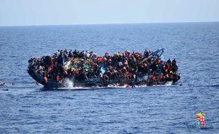 Photographie du naufrage d'un bateau de migrants au large des côtes libyennes, diffusée par la Marine italienne le 25 mai 2016.