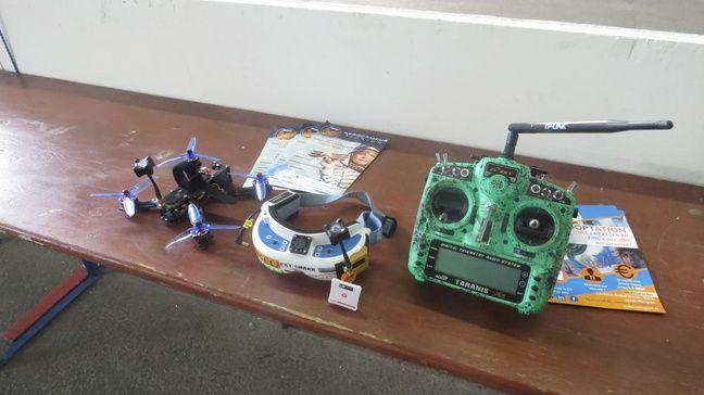Le matériel pour faire voler un drone et participer à des courses.