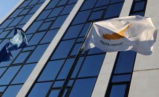 """L'agence de notation financière Fitch a, à son tour, abaissé la note de la République de Chypre en catégorie spéculative en la faisant passer de """"BBB-"""" à """"BB+"""" en raison des craintes de plus en plus fortes pesant sur son système bancaire."""