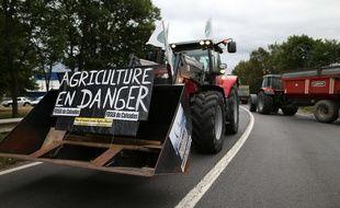 Un agriculteur bloque une rute avec son tracteur, à Verson, près de Caen, le 19 juillet 2015.