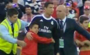 Cristiano Ronaldo en compagnie d'un enfant ayant pénétré sur le terrain de Getafe, le 1er novembre 2O14.