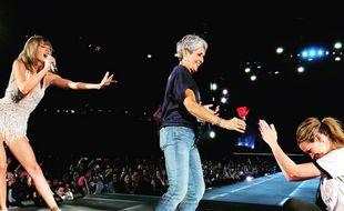 Taylor Swift réunit Julia Roberts et la chanteuse Joan Baez lors de sa tournée 1989 samedi 15  août 2015.