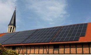 """La ville universitaire allemande de Marburg (ouest) a annoncé avoir voté une """"charte"""" obligeant les propriétaires de bâtiments anciens à installer des panneaux solaires sur leur toit lors des travaux de rénovation."""