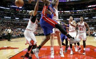 Reggie Jackson (au centre) de Detroit face aux Bulls