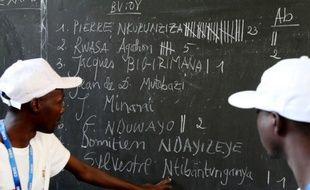 Des membres de la Commission électorale nationale indépendante comptent les voix à un bureau de vote à l'Université du Burundi à Bujumbura le 21 juillet 2015
