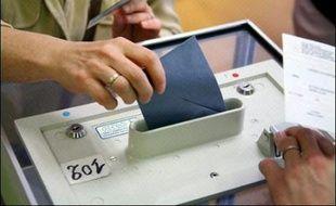 Quarante-six pour cent des électeurs affirment qu'ils voteront au second tour de l'élection présidentielle par rejet de l'autre candidat, contre 51% par adhésion au candidat qui recevra leur suffrage, selon une étude TNS Sofres pour RTL et Le Monde, rendue publique dimanche.