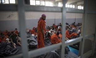 Illustration: Des hommes soupçonnés d'affiliation au groupe Etat Islamique (EI) dans la prison d'Hasakeh, en Syrie, le 26 octobre 2019.