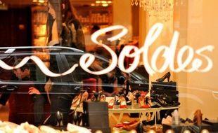Une femme dans une boutique à Lille à l'ouverture des soldes, le 26 juin 2013