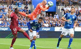 Matz Sels capte le ballon : le RC Strasbourg maîtrise les débats face au FC Metz.