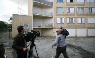 Des équipes de télévision filment le 15 avril 2009 à Banyuls-sur-Mer l'immeuble où vivait le couple d'une cinquantaine d'années inculpé et écroué la veille pour maltraitance sur huit de leurs enfants dont deux adolescentes.