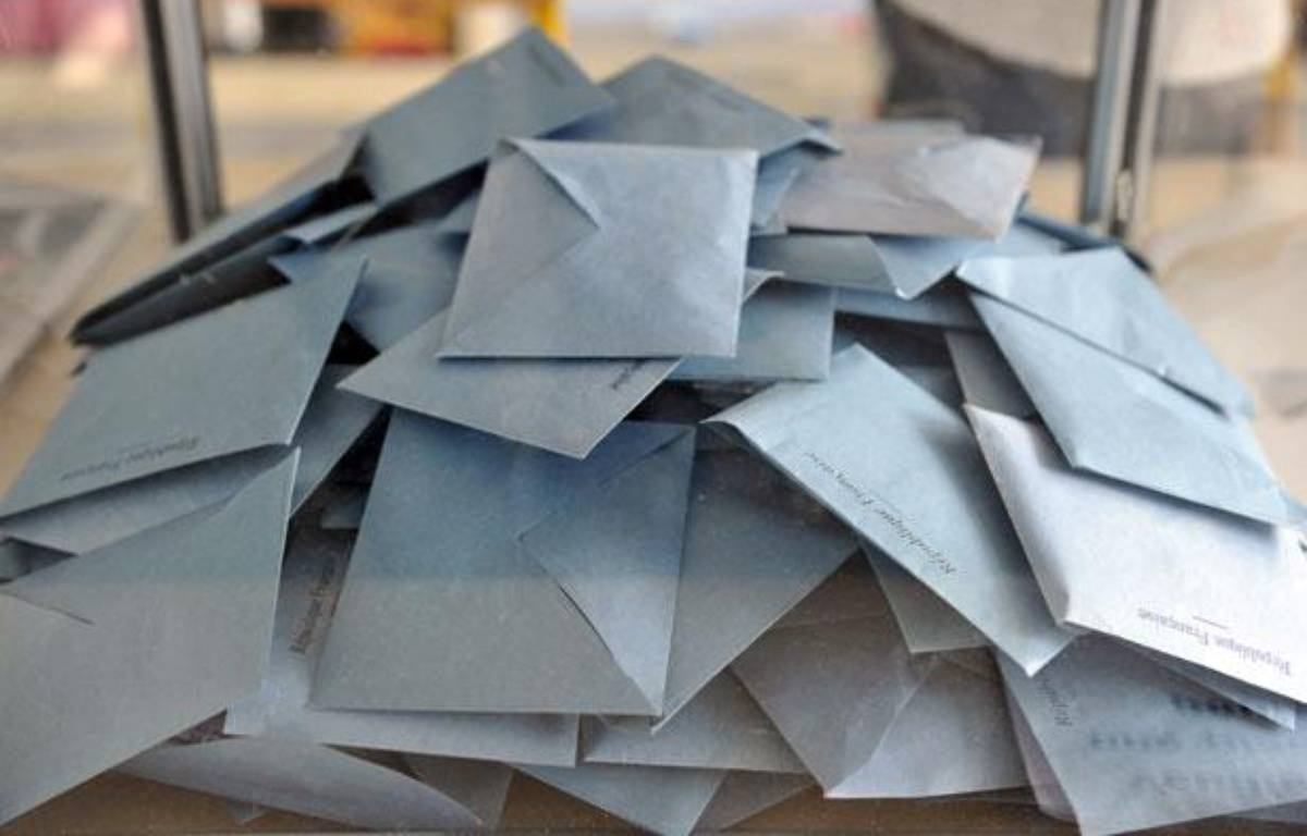 Illustration urne et enveloppes. Vote. – ALEXANDRE GELEBART / 20 MINUTES