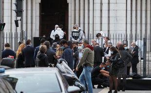 Des forces de police devant la cathédrale de Nice où a eu lieu l'attentat, jeudi 29 octobre.