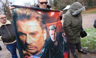 Des Strasbourgeois et les clubs de bikers rendent hommage à Johnny Hallyday à Strasbourg, le 9 décembre 2017.