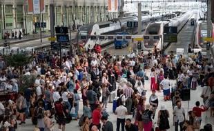 L'affluence dans les gares contraste avec la disparition des guichets