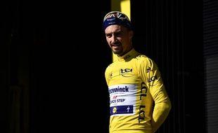 Julian Alaphilippe sur le podium du maillot jaune, le 19 juillet 2019 à Pau.