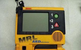 Un défibrillateur semi-automatique externe