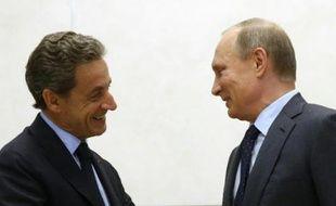 Le président russe, Vladimir Poutine (d), et l'ex-président français, Nicolas Sarkozy, le 29 octobre 2015 à Moscou