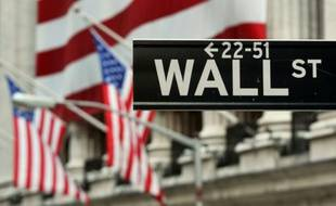 Un panneau de Wall Street devant la façade de New York, le 5 août 2011