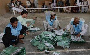 Des officiels afghans comptent les bulletins de vote à Kandahar le 5 avril 2014