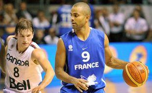 Le meneur de jeu de l'équipe de France, Tony parker, contre le Canada, à Pau, le 26 juin 2011.