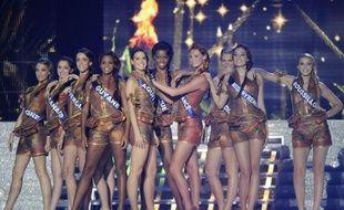"""La soirée d'élection de Miss France 2012, organisée par Endemol et retransmise sur TF1, s'est ouverte samedi soir à Brest, avant l'élection dimanche à Divonne-les-Bains de """"Miss Prestige Nationale"""", deuxième édition d'un concours concurrent imaginé par Geneviève de Fontenay contesté par Endemol."""
