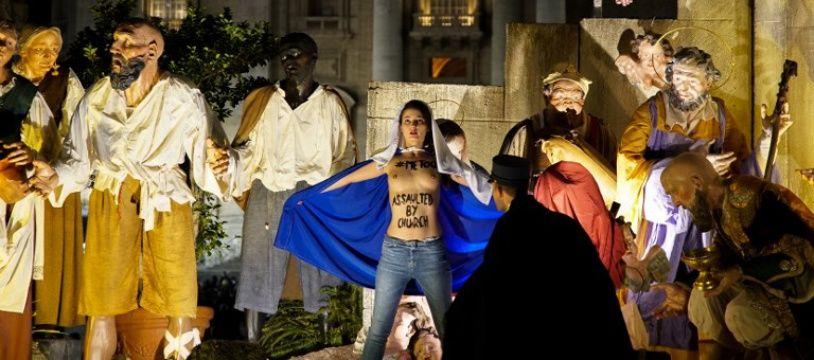 Trois militantes Femen se sont introduites dans la crèche disposée place Saint Pierre au Vatican.