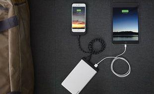 Avec 15000 mAH, la PowerStation 8x de Mophie peut recharger jusqu'à 8 smartphones.